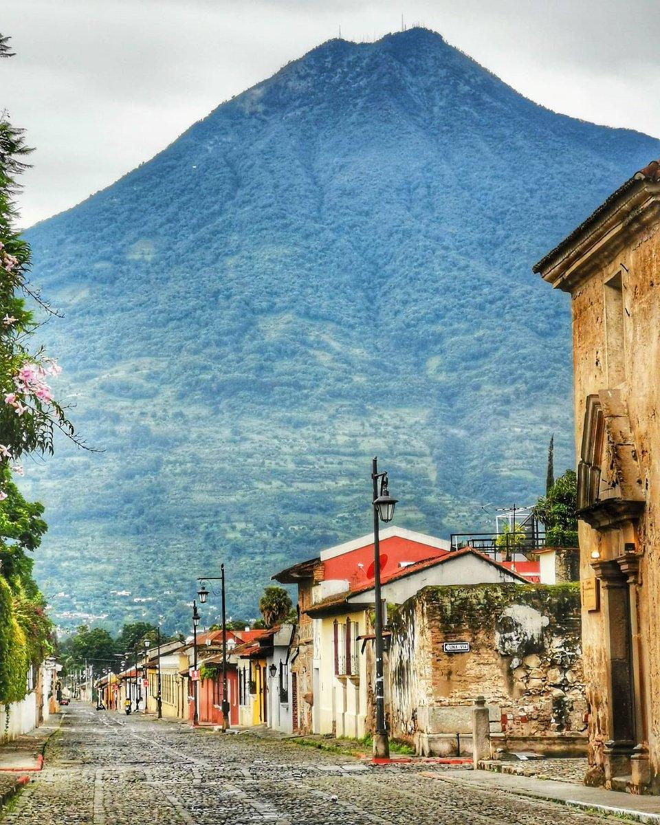 Antigua Guatemala 😍🇬🇹 patrimonio de la Humanidad. El Volcán de Agua testigo de la soledad. Pronto volveremos a recorrer sus calles.   Si te gusta la 📸 dale RT  📸 IG marco_radames https://t.co/k11VYjymRv