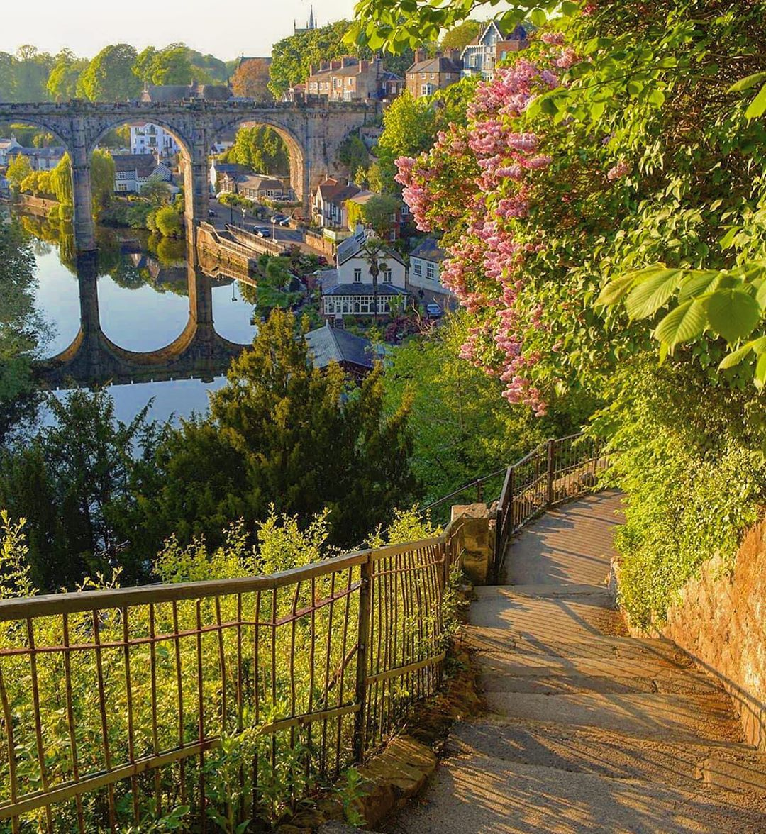 """Knaresborough Viaduct """"added a double beauty to the scene"""" - J.B. Priestley ❤️  The Viaduct over the River Nidd opened in 1851 and care was taken in its design so that it complemented the local area and nearby castle that overlooks the river.   📸: IG / from_yorkshire_and_back https://t.co/Ybb6nVr5tI"""