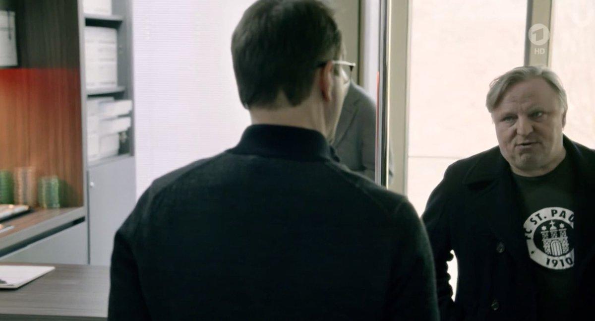 Axel #Prahl trägt im #Tatort ein St.-Pauli-Shirt unterm Mantel. Wäre witzig, wenn Jan Josef #Liefers als gebürtiger Dresdner ein Dynamo-Trikot anhätte. ;-) #sgd1953