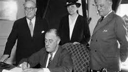 #OTD 1935: President Franklin Roosevelt signed the #NationalLaborRelationsAct, establishing the National Labor Relations Board and addressing relations between #unions and employers in the private sector.  https:// ourdocuments.gov/doc.php?flash= false&doc=67   …  #WagnerAct #LaborHistory <br>http://pic.twitter.com/UvVZPKschN