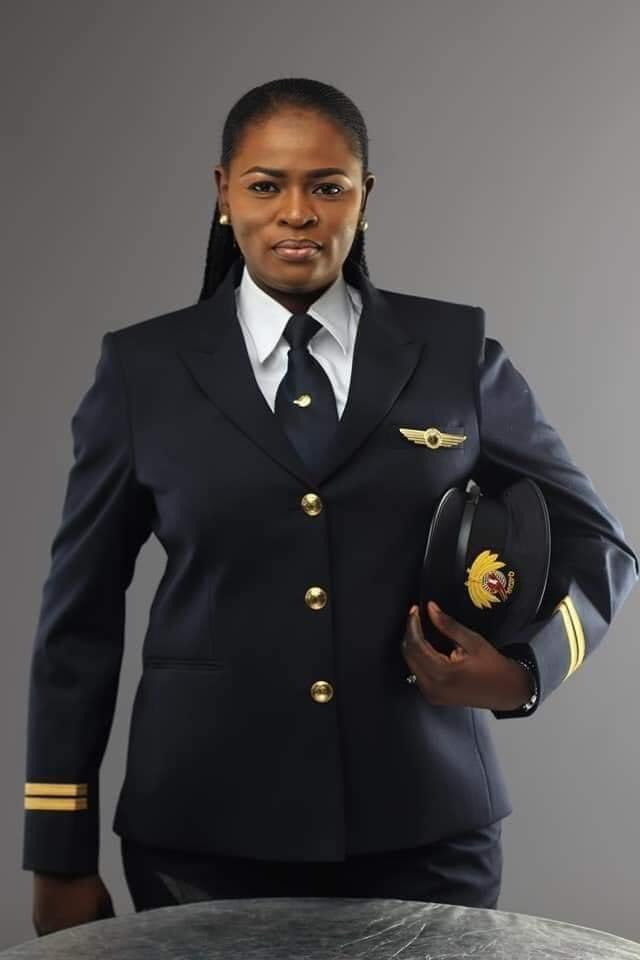 First Nigerian Female Pilot with #QatarAirways , Mrs Adeola Ogunmola Sowemimo flying the #Dreamliner #Boeing787  Congrats Captain. https://t.co/2RAwjP5QsJ