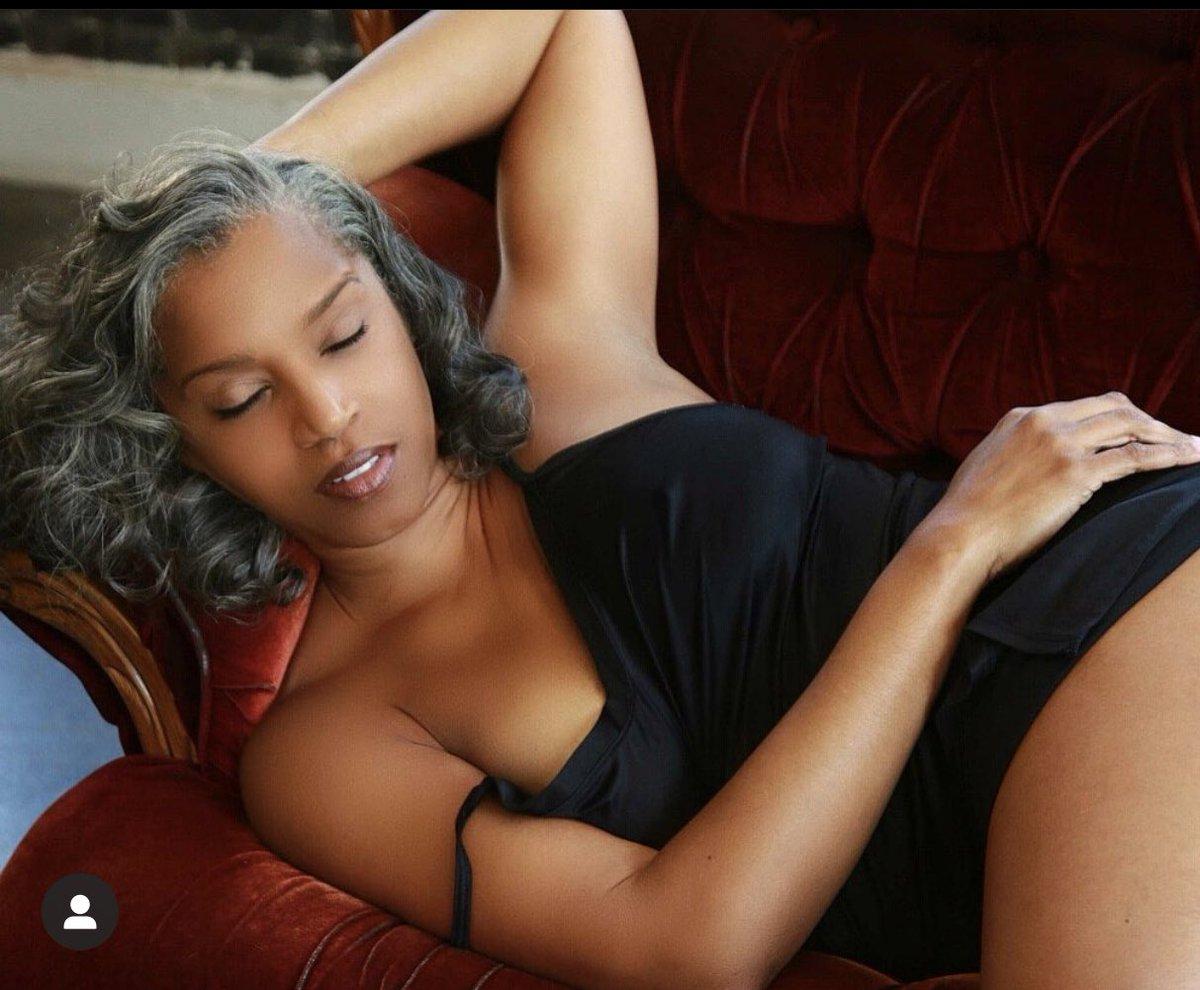 Yes her name is Rolanda Rochelle and she's 52 #BlackDontCrack pic.twitter.com/vUKDQmUcIb