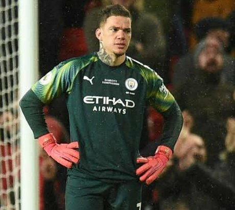 😂 What is @ManCity's goalie #Ederson always looking for outside? Watching him concede that 40 yard strike against #Southampton was like a #dejavu (as same thing happened against my darling @ManUtd in February before the break)...and it made me laugh too 😂  #SOUMCI #EPL https://t.co/4pIhmIJlpS