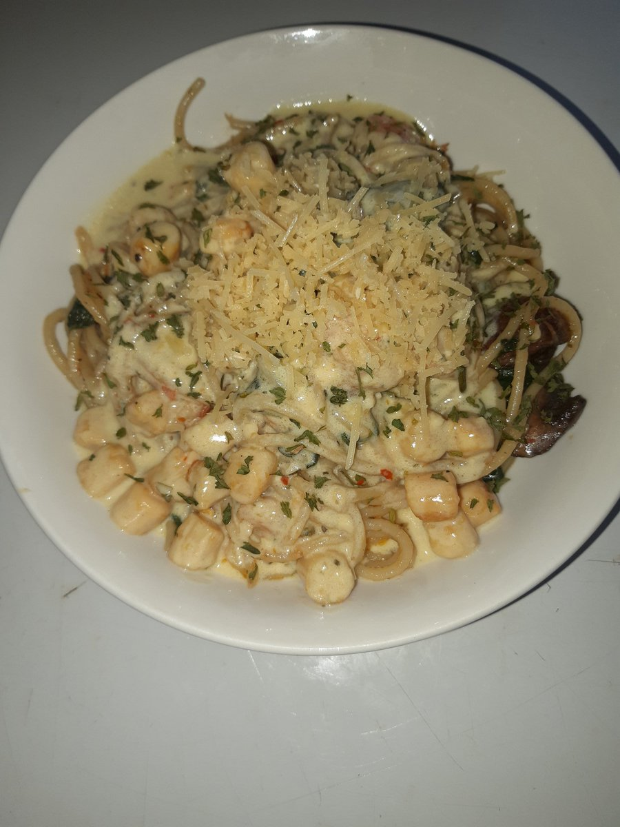 One of my family's favorites: A Spicy Italian Seafood Spaghetti in a Creamy Sherry Wine Sauce: Shrimp, Scallops, Fresh Spinach, Mushrooms, Tomatoes, Fresh Parmesan, & Fresh Romano Cheese. Mainly infused with Crush Red Pepper, Chipotle, & Curry powder. #Chef #Cook #homecookpic.twitter.com/2reNQNEnMg