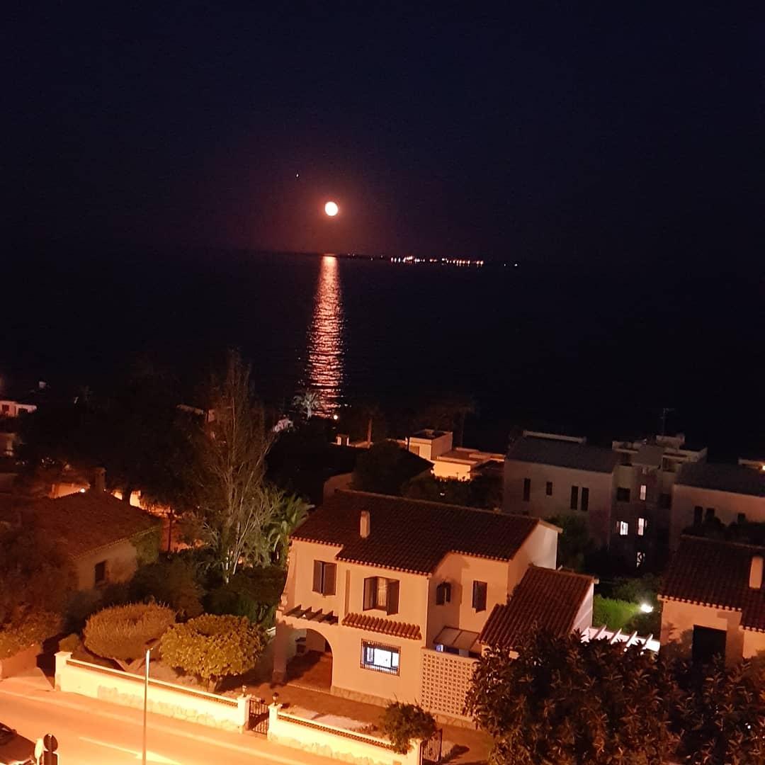 Luna  sobre la Isla de Tabarca #LunaLlena #Luna #santaPola #FelizDia #DulcesSuenos #playas #perros #Vacaciones2020 #vacaciones #vacation #vacancy https://t.co/kJb8et9cmZ