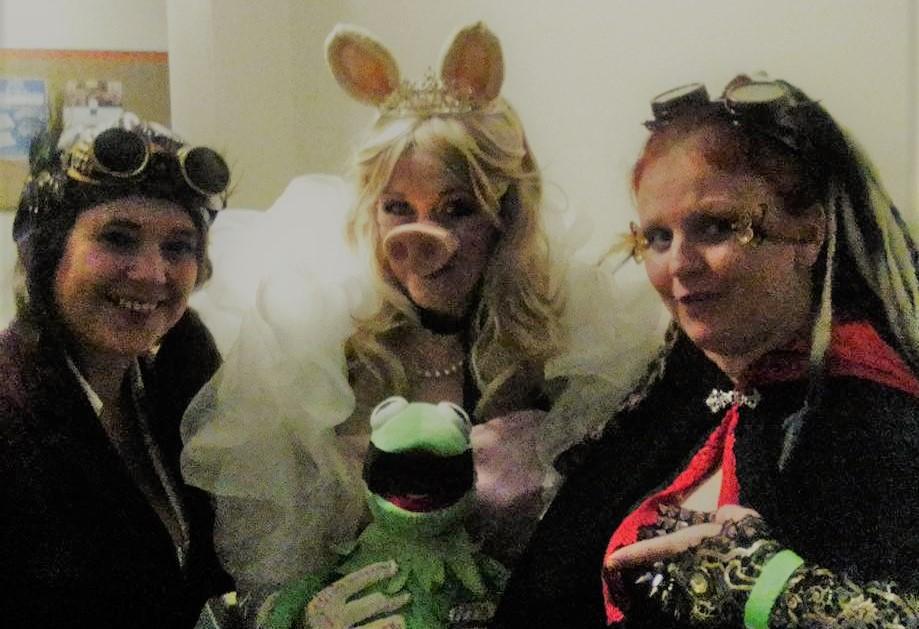 Fairytale Characters #MissPiggy #Kermit #steampunk #performers #Entertainmentpic.twitter.com/arxWfz8JsX