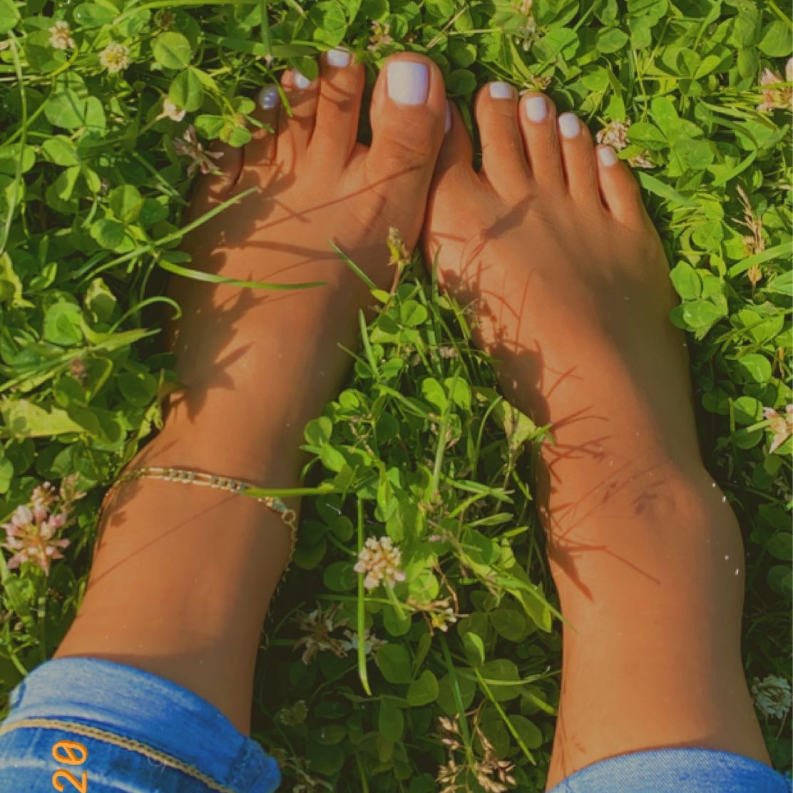 Love putting my feet in the grass  #feetqueen #feetbeautiful #onlyfansnewbie #onlyfansbabe #footfetish #Subscribe #followforfollow pic.twitter.com/Dp5CgSq18F