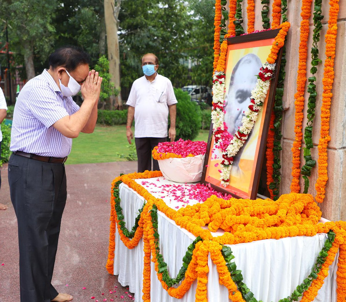 राष्ट्रीय अस्मिता के अद्वितीय प्रतीक परम श्रद्धेय डॉ #ShyamaPrasadMukherjee जी की जयंती पर आज प्रात: दिल्ली के शहीदी पार्क में आयोजित एक कार्यक्रम में मैंने उनकी प्रतिमा पर पुष्पार्पण कर अपने श्रद्धासुमन अर्पित किए। डॉ मुखर्जी जी हम सबके प्रेरणापुंज हैं। #SyamaPrasad4OneIndia