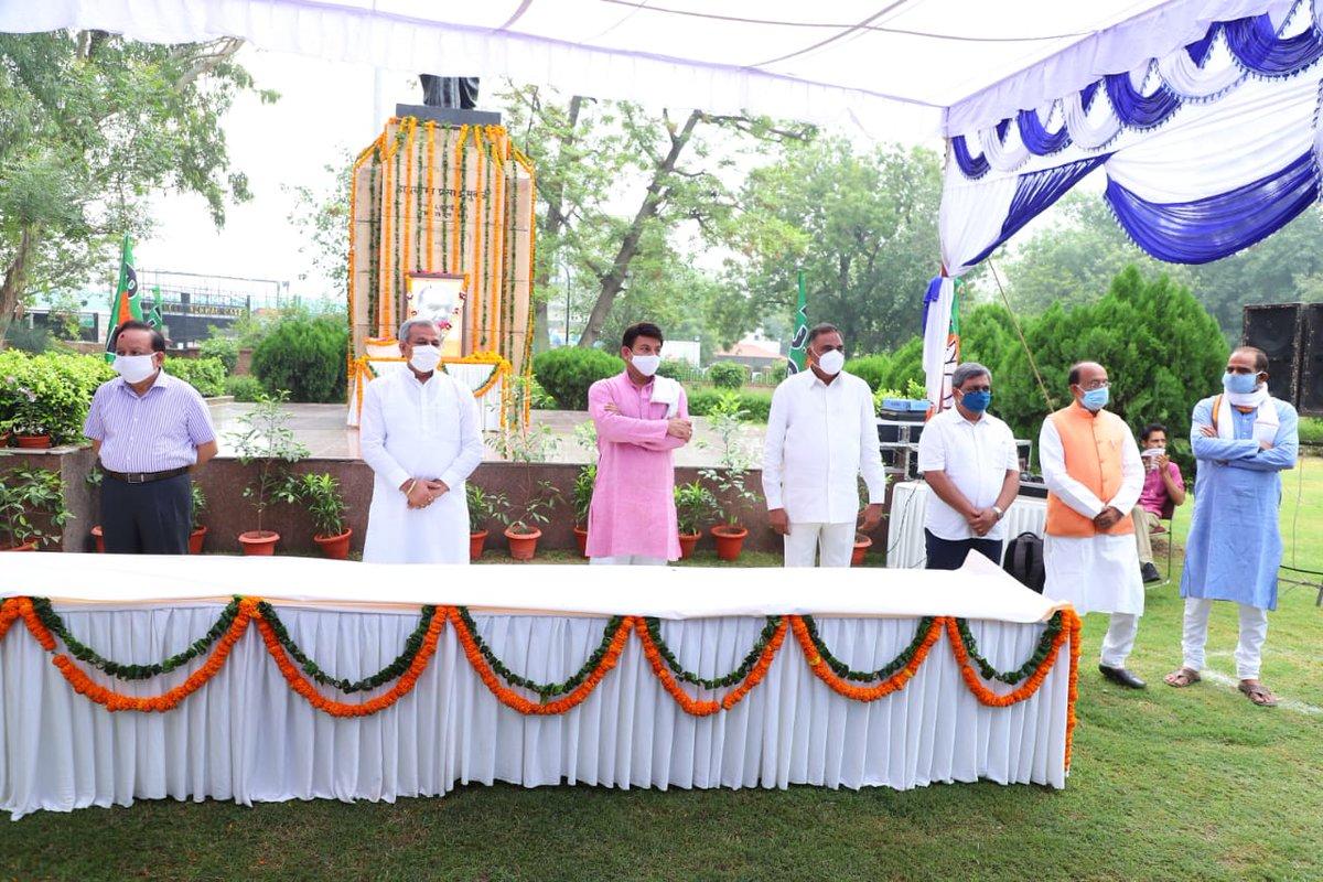 कार्यक्रम में @BJP4Delhi अध्यक्ष श्री @adeshguptabjp जी, @BJP4India सांसद श्री @ManojTiwariMP जी, श्री @VijayGoelBJP जी, श्री @hansrajhansHRH, दिल्ली विधानसभा में नेता, प्रतिपक्ष श्री @RamvirBidhuri जी व दिल्ली भाजपा महासचिव @kuljeetschahal भी उपस्थित थे। #SyamaPrasad4OneIndia