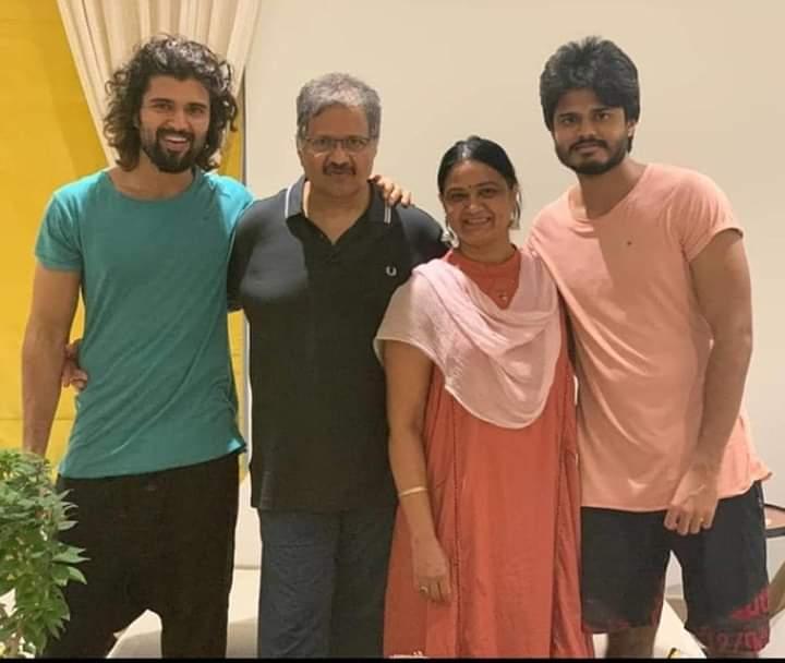 Pic Of @TheDeverakonda Family  #VijayDeverakonda pic.twitter.com/5bq3YUwozI