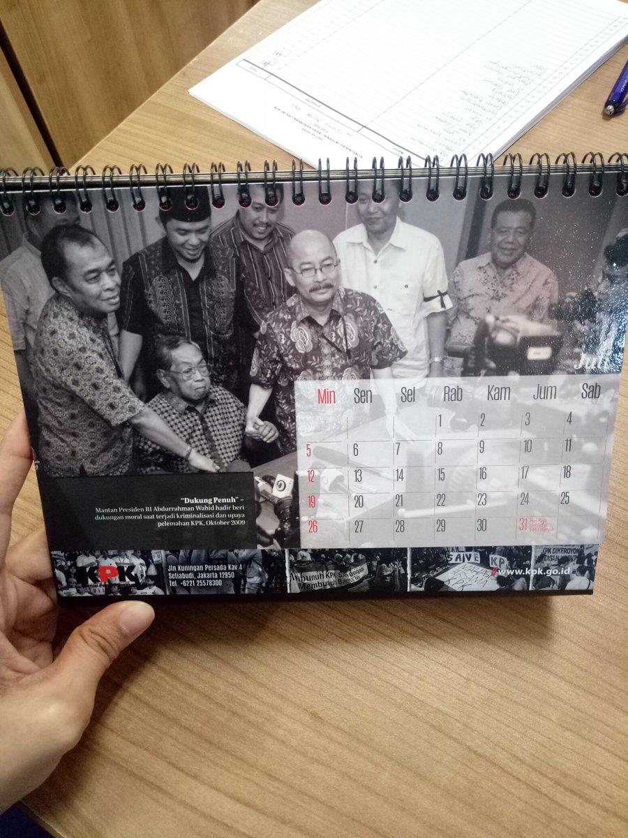 Selamat mengawali pekan gaes .. Pas lihat kalender, baru sadar ada foto #GusDur saat memberikan dukungan penuh buat KPK. Alfatihah buat Almarhum .... https://t.co/yZlz2ek31I