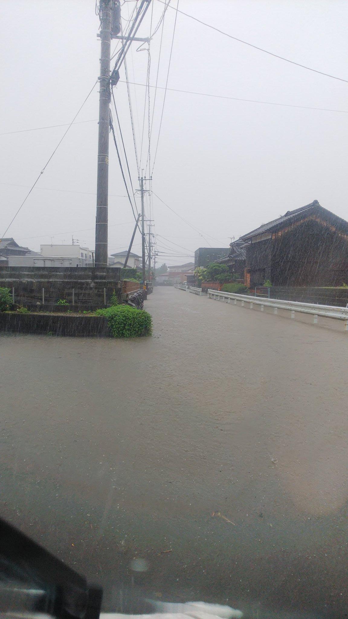 豪雨で久留米市の道路が冠水している画像