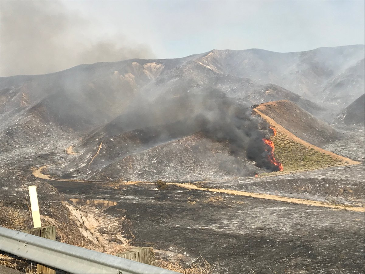Soledad Fire update:  Southbound SR-14 all lanes OPEN.  Northbound SR-14 two right lanes closed. Two left lanes open. #SoledadFire