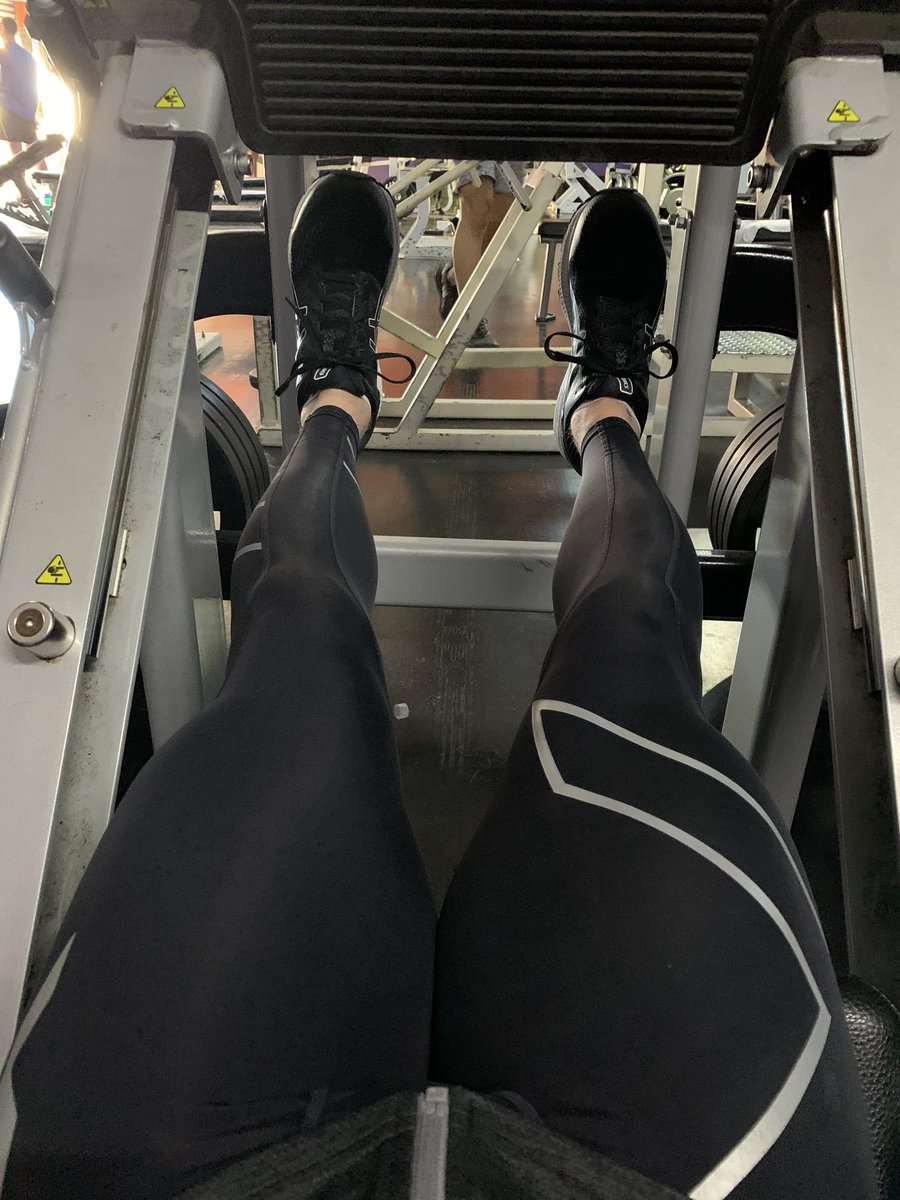 Leg day yesterday at the gym !  #gayfit #gymjunkie #fitfam #compressionsfordays pic.twitter.com/9ffuTNJuYq