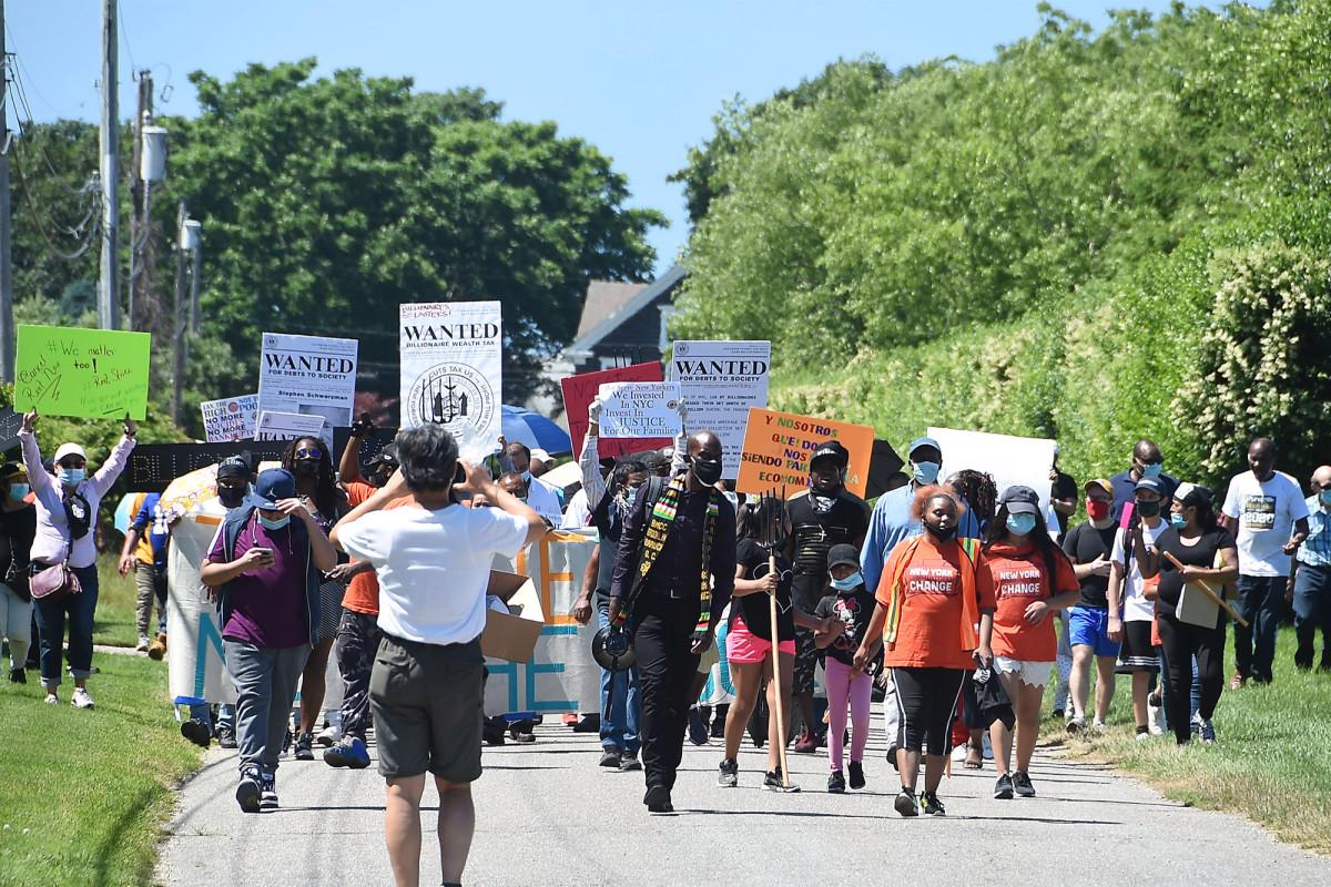 Pitchfork-wielding protesters descend on wealthy Hamptons estates https://t.co/mnJSx034W0 https://t.co/UHjMgOi80n