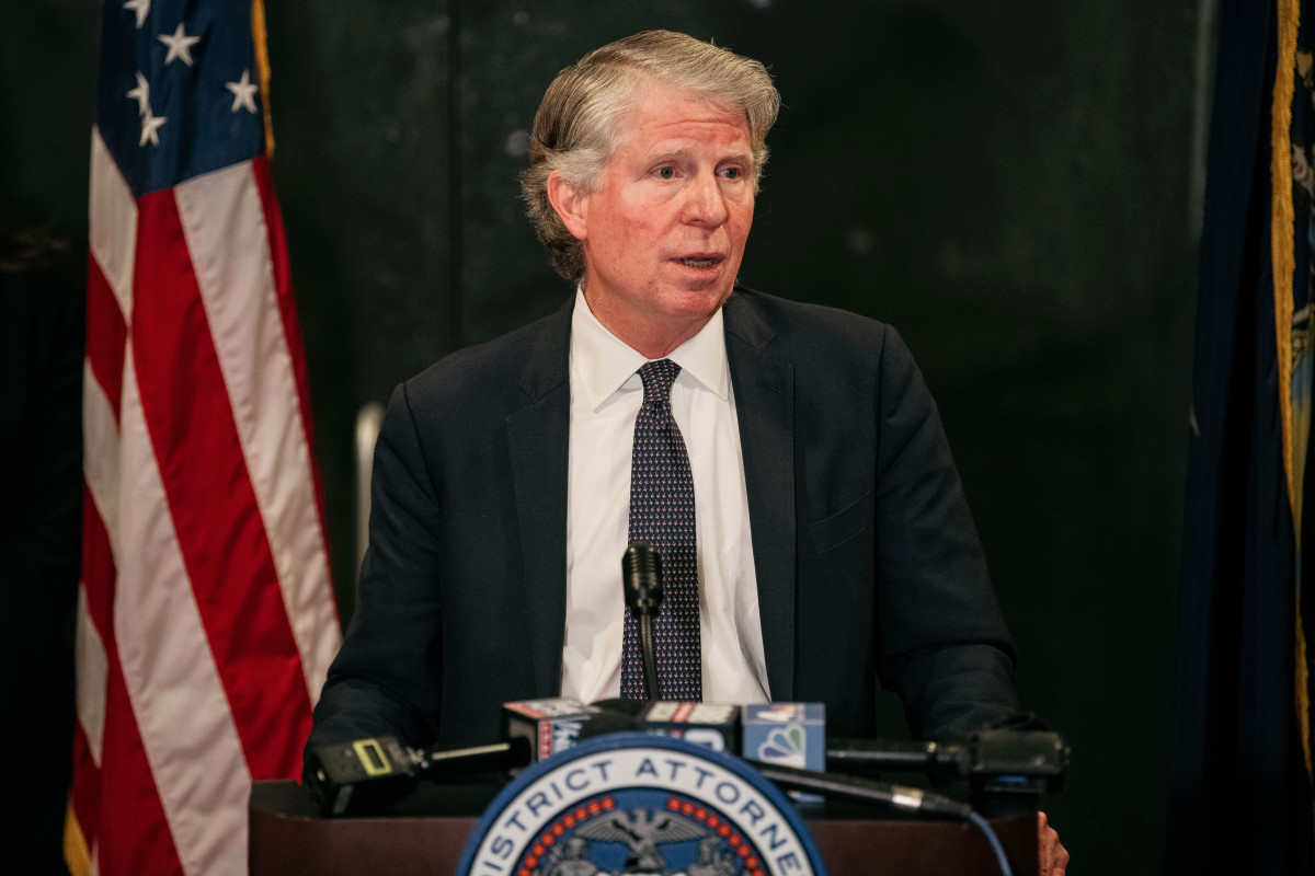 Top NYPD cops call for Manhattan DA Cy Vance to appear at shooting scenes trib.al/Ax9PSO4