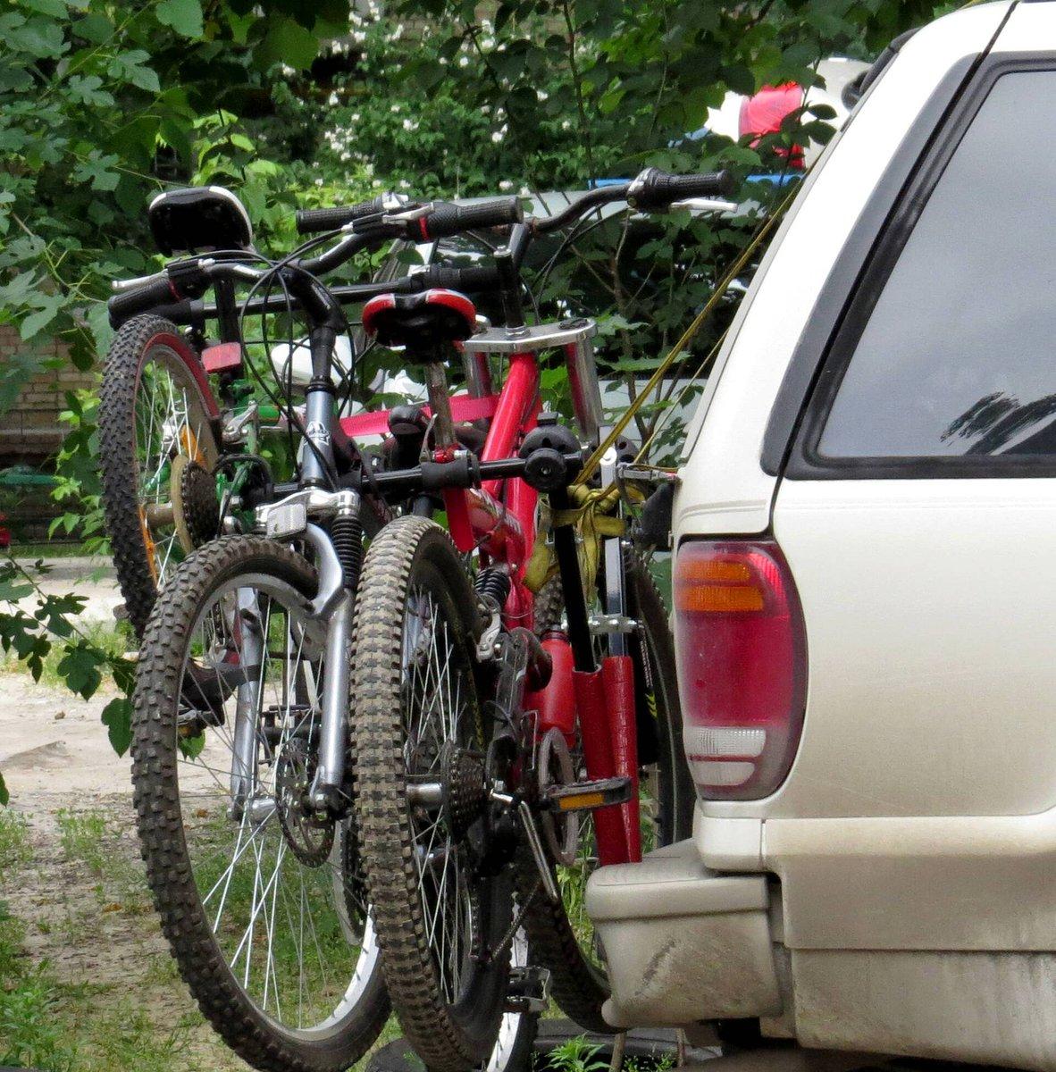 Det er skønt at tage cyklerne med på ferie, men det er træls at komme hjem med en bøde, fordi cyklerne har dækket for bilens lygter og nummerplade. I sidste uge blev 11 bilister sigtet på den bekostning - alene på Samsø! Få nu orden i sagerne, inden I kører hjemmefra #politidk https://t.co/uRLYcM0U42
