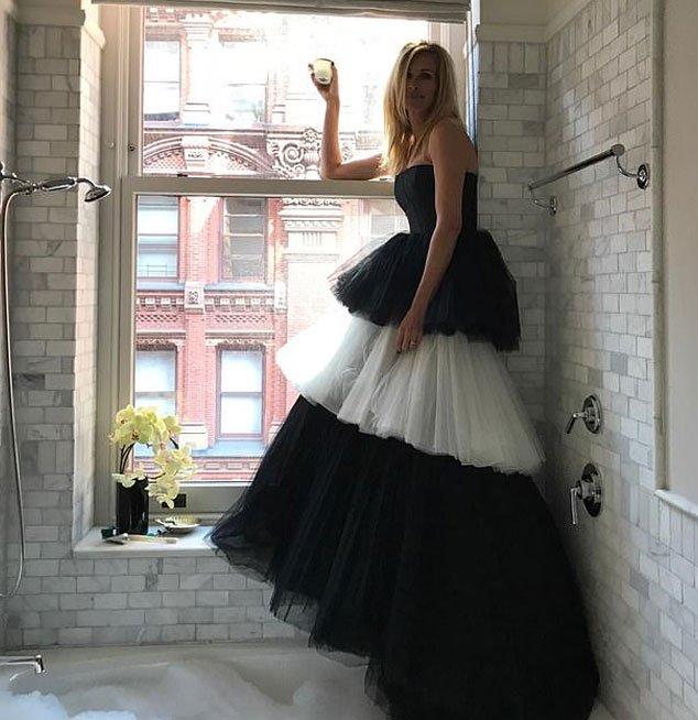 Julia Roberts Celebrates MET Gala From Home While Wearing MET Gala Dress  https:// bit.ly/2W4dUVZ     #Dress #JuliaRoberts #MetGala  <br>http://pic.twitter.com/CUY8UGQPAL