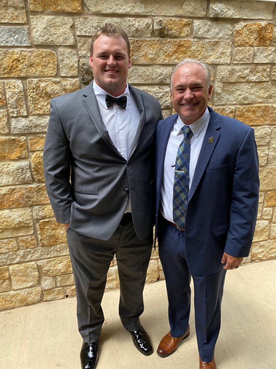 Joey's first wedding to officiate in the books and the Tecklenburg's are hitched!!! Oh how we love this couple and all of these bears! @CoachMcGuire_BU  @samteck82 #Family #KelseyandSam ❤️❤️❤️ https://t.co/KwRwTlKKbD
