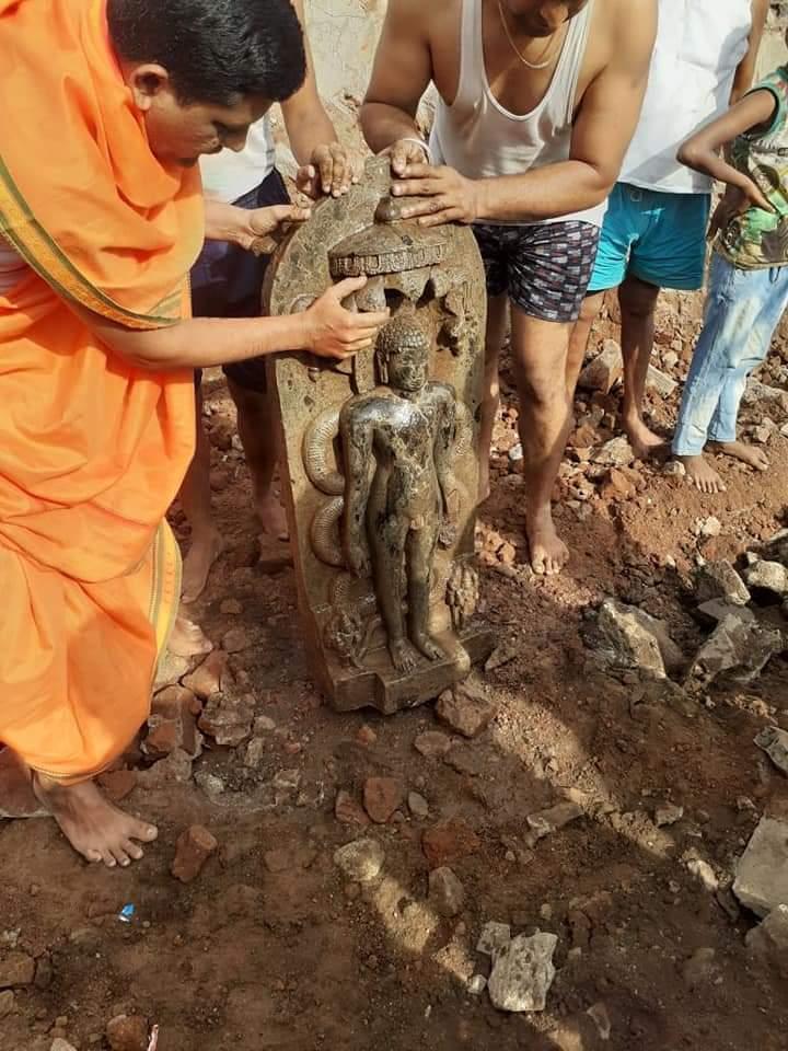 हुपरी ता. हातकणंगले,कोल्हापूर येथे श्री चंद्रपभु मंदिर जिर्नोध्दार खुदाई करित असताना गर्भ गृहाच्या पुढे असणाऱ्या कलश मंडप मध्ये पार्श्वनाथ भगवंताच्या दोन प्रतीमा सापडल्या जमिनीत खाली ही मूर्ती सापडली आहे Ancient idol of Tirthankara Parshvanath discovered at Hupri, Kolhapur (Kar) pic.twitter.com/dkZt2eGuDL