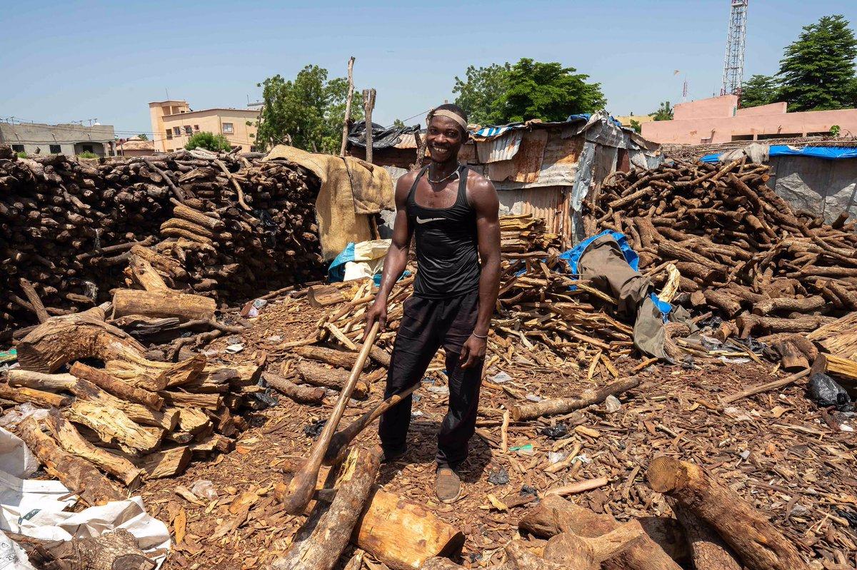 Mamadou, Bamako 2020. . Bajo un sol intenso, encontré a un hombre en las calles de Bamako que estaba cortando leña para poder cocinar. Aun en condiciones tan duras, no dudó en sonreír. . . . #Mali #Bamako #photography #photojournalism #streetphotography #Africa https://t.co/y5O3PeFalz