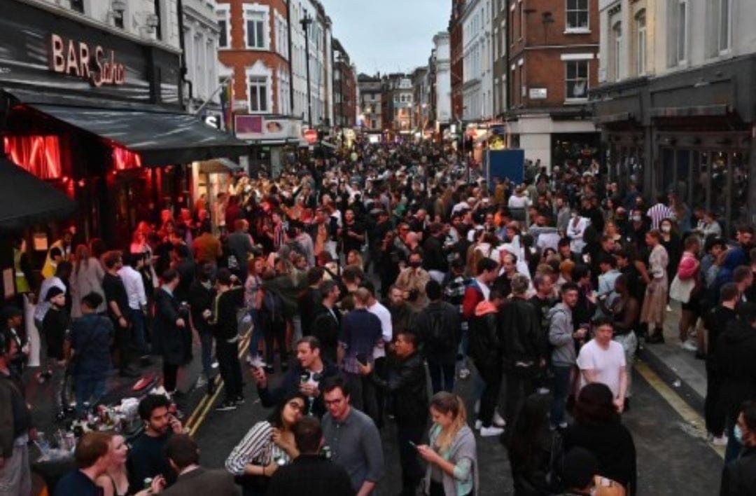This is Soho, London, on Saturday evening. 🙄  #coronavirusuk #coronavirus #TheatreArtistsFund #theatre #theatrematters #theatrematters #arts #PubsReopening   @OliverDowden https://t.co/a761iRWSve