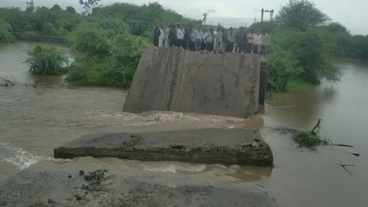 Heavy rainfall lashes several districts of #Gujarat , 4 NDRF teams in #Saurashtra, 3 others in South Gujarat Deployed. @DDNewslive @DDIndialive @InfoGujarat @CMOGuj @NDRFHQ @IMDWeather #GujaratRain #rain #NDRF