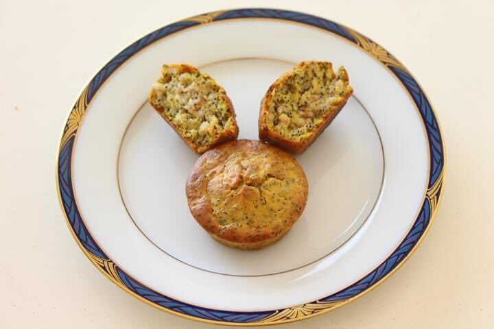 「プチプチキュンキュン大人のマフィン」 バターナッツは電子レンジにかけて柔らかくして、フードプロセッサーにかける。これに焦がしバター、砂糖、茹でた丸麦、小麦粉、卵、ベーキングパウダー、ポピーシードを加えマフィン型に入れてオーブンで焼く https://t.co/7AbMbdfVIt