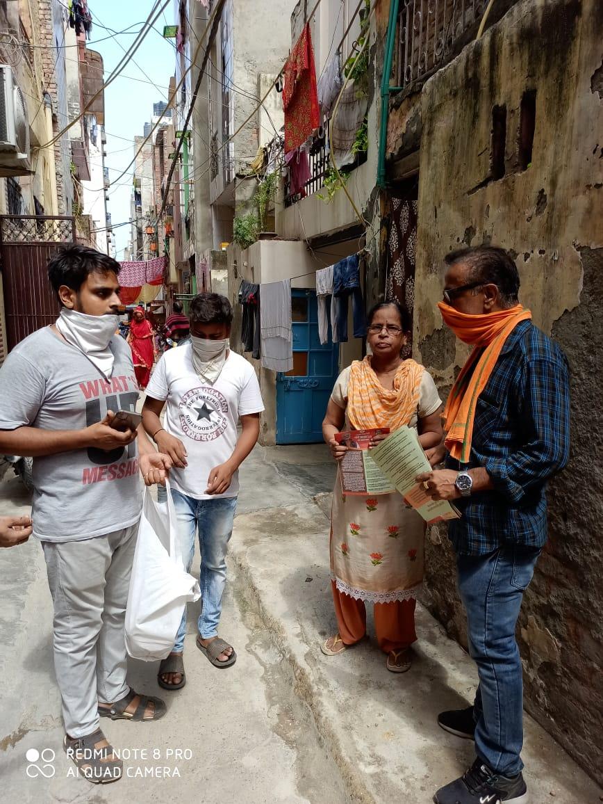 विकासपुरी मंडल 20 एस में कोरोना महामारी के बचाव हेतु रोग प्रतिरोधक क्षमता बढ़ाने वाला काढा़ वितरण किया एवं मोदी सरकार-2 के एक वर्ष की उपलब्धि का पत्रक भी जनता तक पहुँचाया।  #jansamparkDelhi  #1yearofmodi2  @BJP4Delhi  @adeshguptabjp  @siddharthanbjp  @p_sahibsingh https://t.co/IHGYTHmkvt