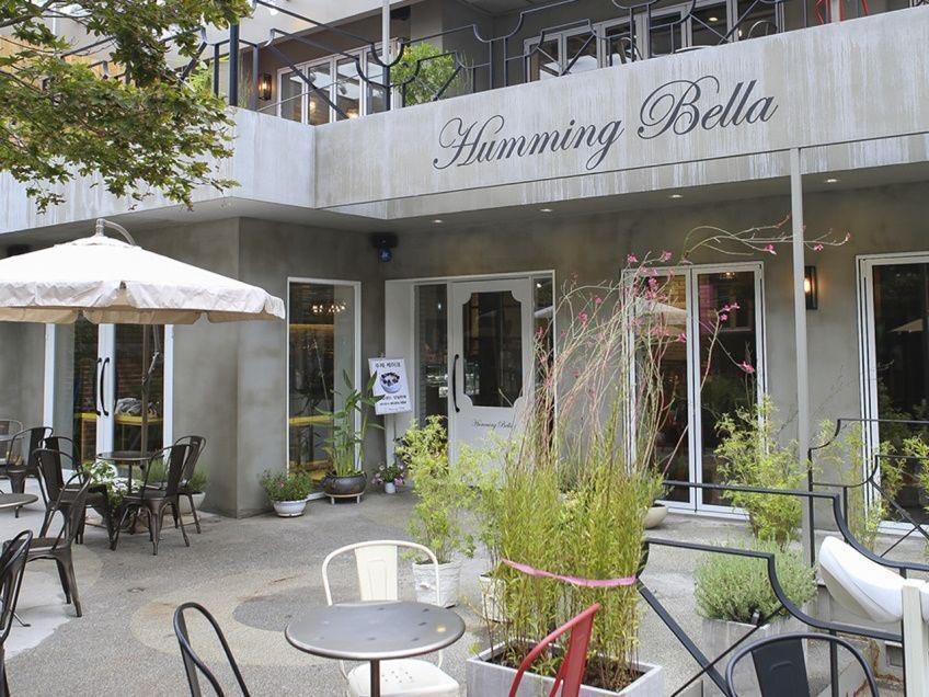 ร้านขนมหวานย่านฮับจอง🍰 นั่งเทอร์เรซชมวิวเพลิน ๆ ในย่านวัยรุ่น~😉  บอกเลยว่า นอกจากร้าน Humming Bella จะใหญ่ แถมมีพื้นที่กว้างขวางแล้ว✨ ขนมของเค้ายังใช้วัตถุดิบคุณภาพดี ปลอดภัยต่อร่างกายอีกด้วยค่ะ🥰 ดีแบบนี้จะไม่ให้รักได้ไง💕 (❀ https://t.co/yWmHGl6woj)  #คาเฟ่เกาหลี #ฮับจอง https://t.co/E2jK2o4o37