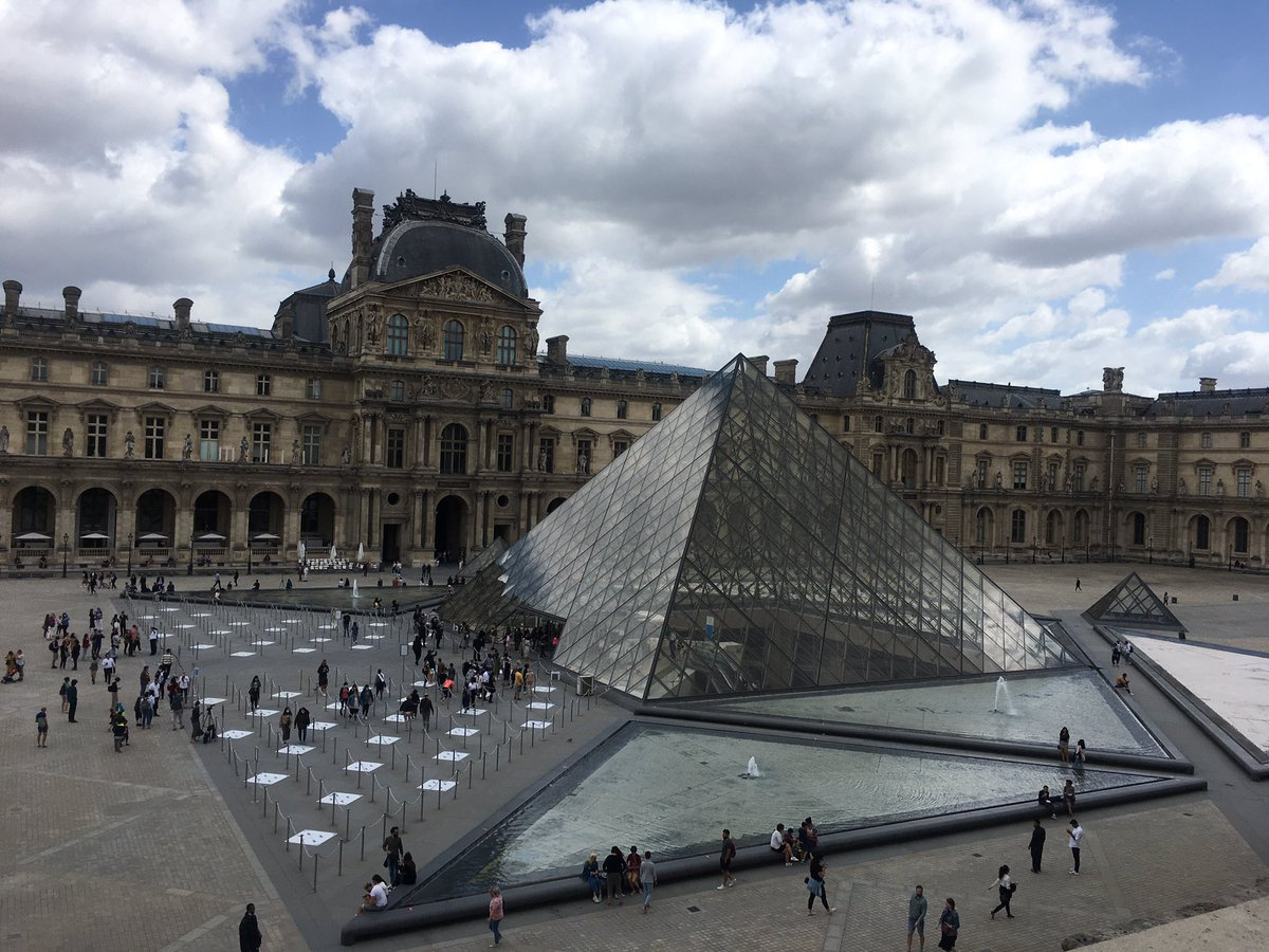 Social distancing on reopening day of the #Louvre in #Paris pic.twitter.com/y2ci8W8W6S