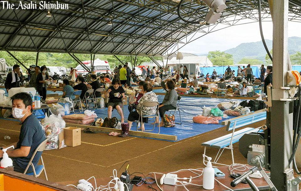 """朝日新聞 映像報道部 on Twitter: """"球磨村の200人、壁と床ない避難所で ..."""