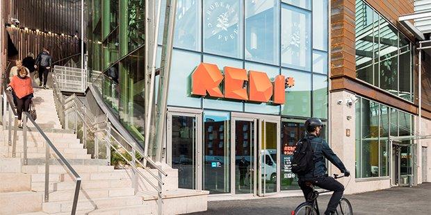 REDI on moderni kauppakeskus Helsingin Kalasatamassa. REDIn turvallisuudesta vastaa Abloyn PROTEC2 CLIQ -lukitus- ja kulunhallintajärjestelmä, jolla on varmistettu kulkureittien, yleisten tilojen sekä liiketilojen turvallisuus ja käytettävyys.  #AbloyForTrust #PROTEC2CLIQ https://t.co/nD4rXDAbyH