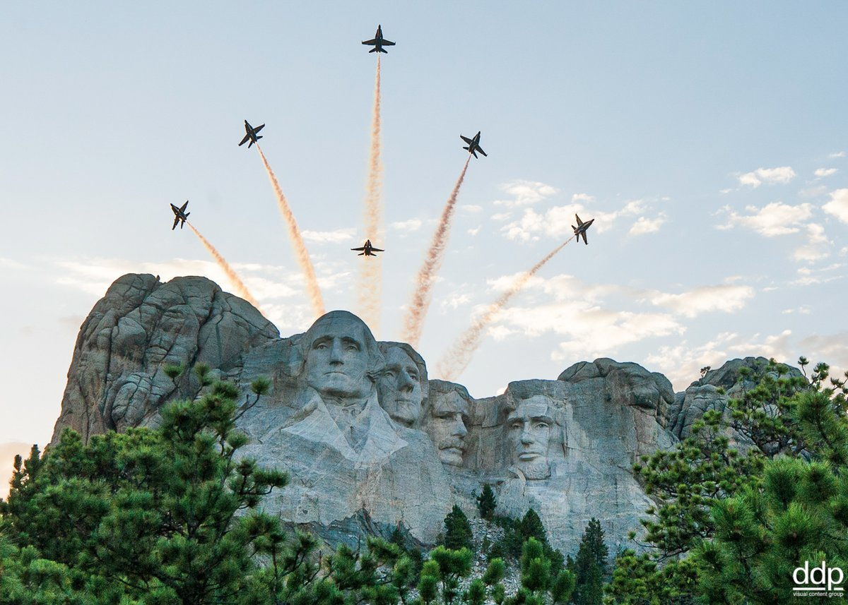 Die Blue Angels Hornets überfliegen den Mount Rushmore während der Salute to America-Feier des Bundesstaates South Dakota. Foto: Cody Hendrix / Polaris   #blueangels #parade #usa #fourthofjuly  #salutetoamerica #jets #airplanes #photography #ddpimages #airforce @PolarisImages https://t.co/OoVwGjaD9T