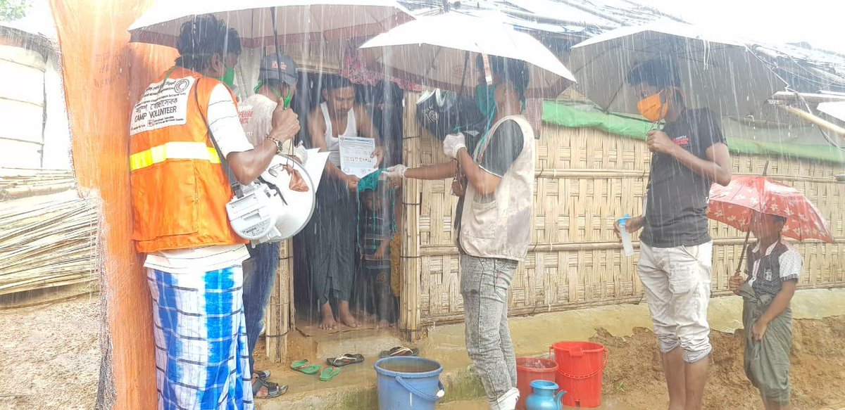 Under #monsoon heavy rains, #Rohingya #refugee volunteers continue to deliver cloth masks at the household level in the camps in #Bangladesh together with important messages on #COVID19 protection. #Masks4All #PreventionSavesLives   📸@DRC_ngo https://t.co/SjVizT3uoM