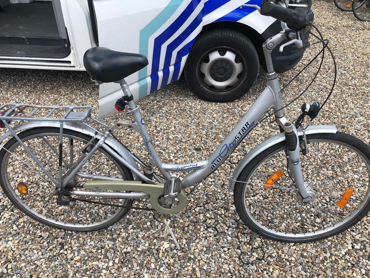Deze fiets werd vanochtend achtergelaten aan een woning in de Berlaarbaan in Sint-Katelijne-Waver. De eigenaar mag zich melden ! #lostandfound pic.twitter.com/4lzlw7SOdv
