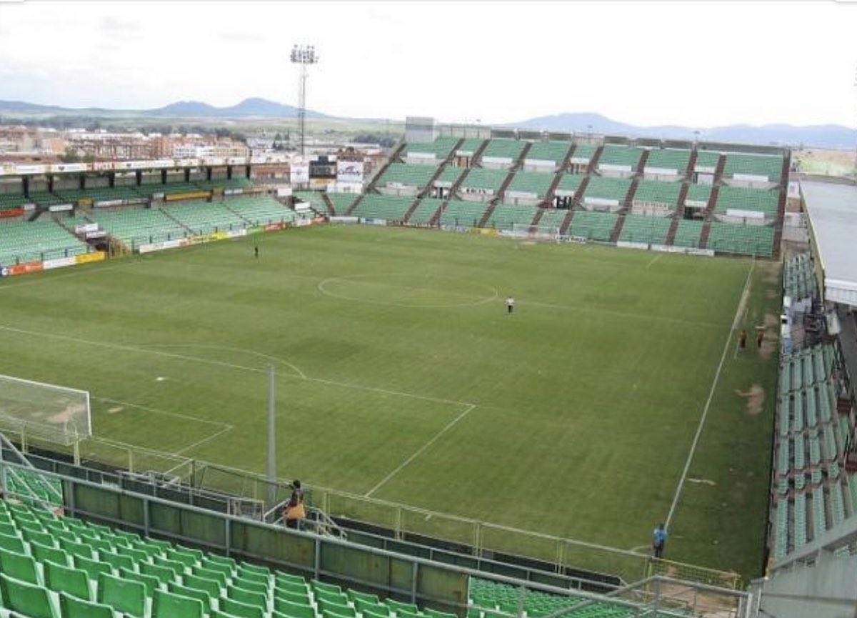 🙋🏼♂️La Junta de Extremadura paraliza la venta de entradas para el play-off a Segunda B que se disputará en Mérida   👉@iusport https://t.co/sgWPChUSH3 https://t.co/YcGLd3xK8M