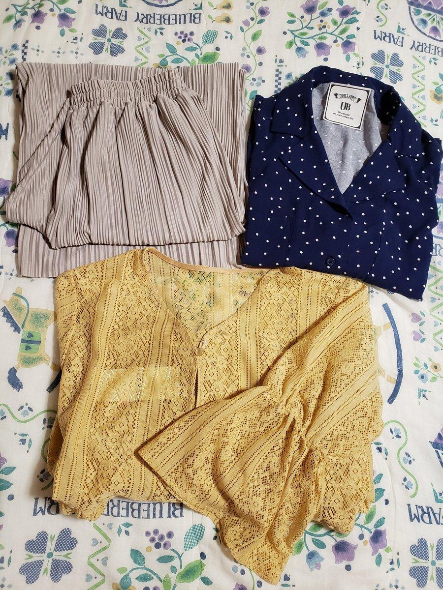 あやさん以外の購入品。近藤千尋さんのワイドパンツあったー!しかも第一希望のグレー!昭和感漂う開襟シャツ。レトロなものがほしかったの。で、アラフォー頑張った総レースのロング羽織り。袖もシャーリング入りだよ。パンツの時に着るんだ♪#しまパト#しまむら