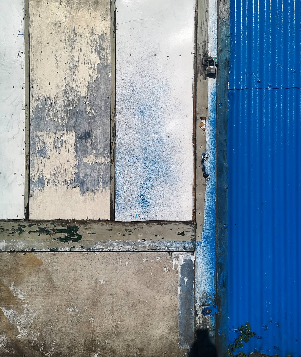 It's an admin kinda day for me today (don't worry I have coffee!) so I thought I would share this snapshot of beautiful found textures from 1 of my lockdown walks- I love the pop of blue! #mixedmedia #mixedmediaartist #photography #texture #found #fragment #composition #textilespic.twitter.com/QnKex8i2yf