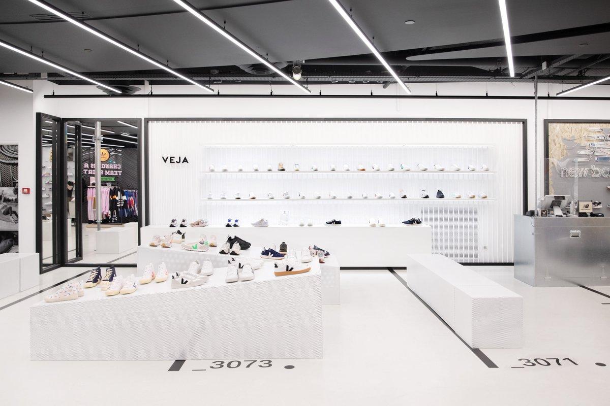 NOUVELLE OUVERTURE CHEZ CITADIUM En 2005, le @citadium de Paris était l'un des 1ers grands magasins à accueillir VEJA. Cette collaboration s'est renforcée au fil du temps, et nous lançons aujourd'hui un nouveau corner unisexe au 3ème, à l'étage des « big guys ». #veja #vejafamily https://t.co/gznhEXMU9C