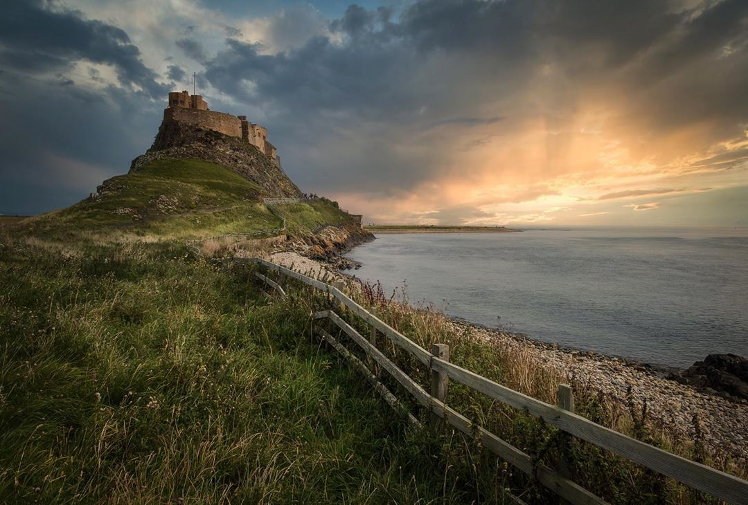 Spectacular landscapes and winding roads 🛣️.  Strap yourselves in for six of the most scenic drives around England 👉 https://t.co/HmnuTyjdpH  📸: IG / harplington    📍 Lindisfarne https://t.co/8HSCO6UgRZ