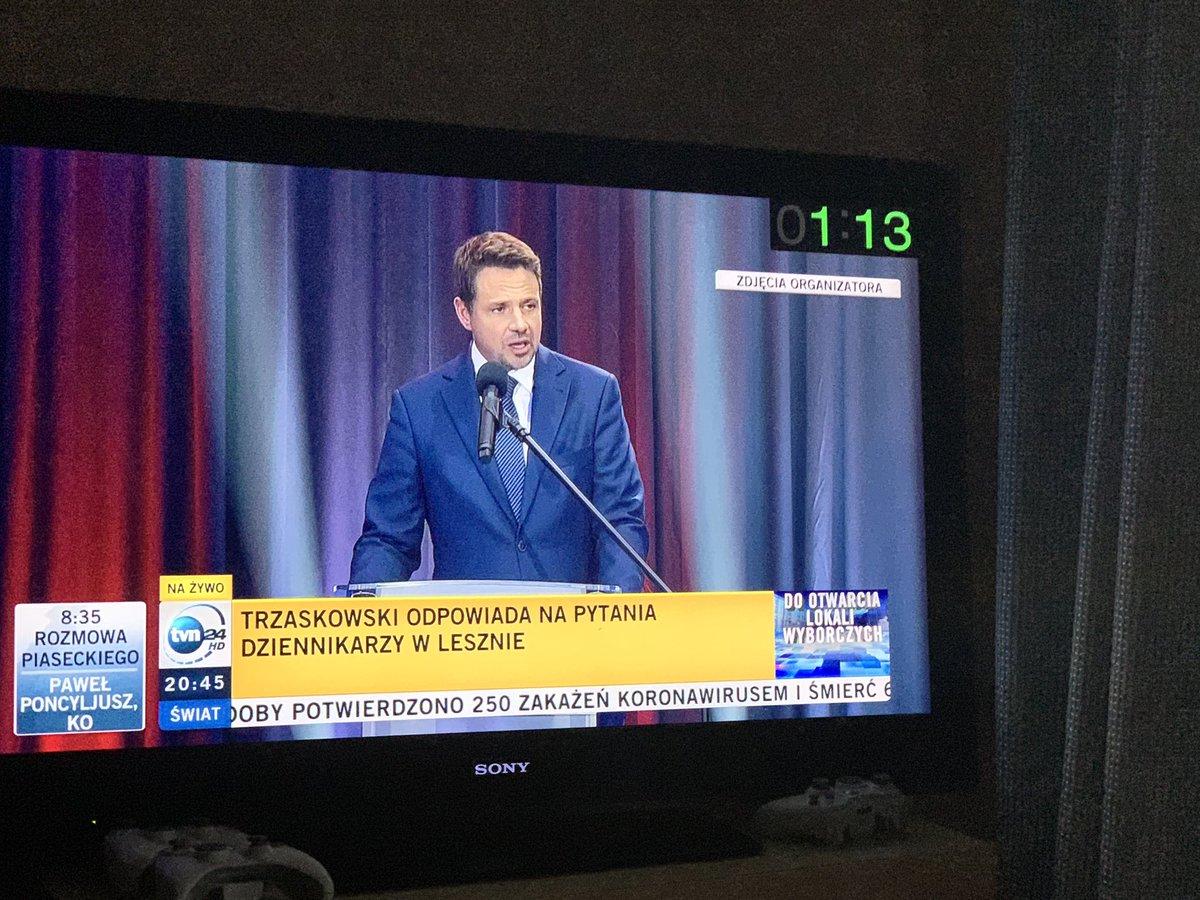 Trzaskowski w wywiadzie zwanym debatą:57% ludzi zagłosowało za zmianą. A przy tej logice ponad 50% warszawiaków zagłosowało za zmianą prezydenta Warszawy #tvnTrzaskowskipic.twitter.com/de3dKrU7Yi