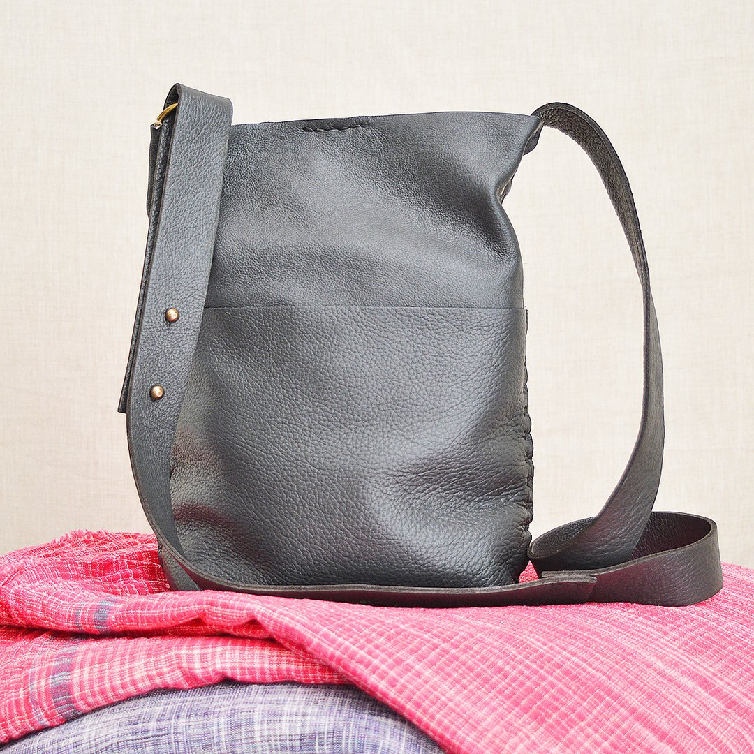 The Molly in Slate  .  #stitchandtickle #handmade #leatherbags #giftshop #shopboston #shopbostonlocal @sowaboston #sowaboston  #leather #leathercraft #handsewn #handcrafted #leatherbag   #madeinboston #bostonmaker #maker  #handmade #crossbody #tote #travelbagpic.twitter.com/VssrrgBVt5