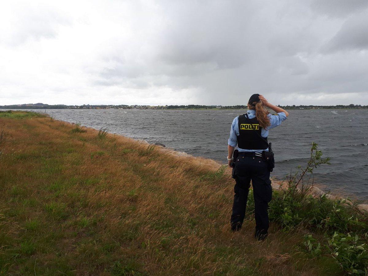 Lige en blæsende hilsen fra Holbæk, hvor vores patruljerne er ude og patruljere. Pas på hinanden her i blæsevejret, både mht Corona og løse genstande #politidk https://t.co/w3UxgdfULN