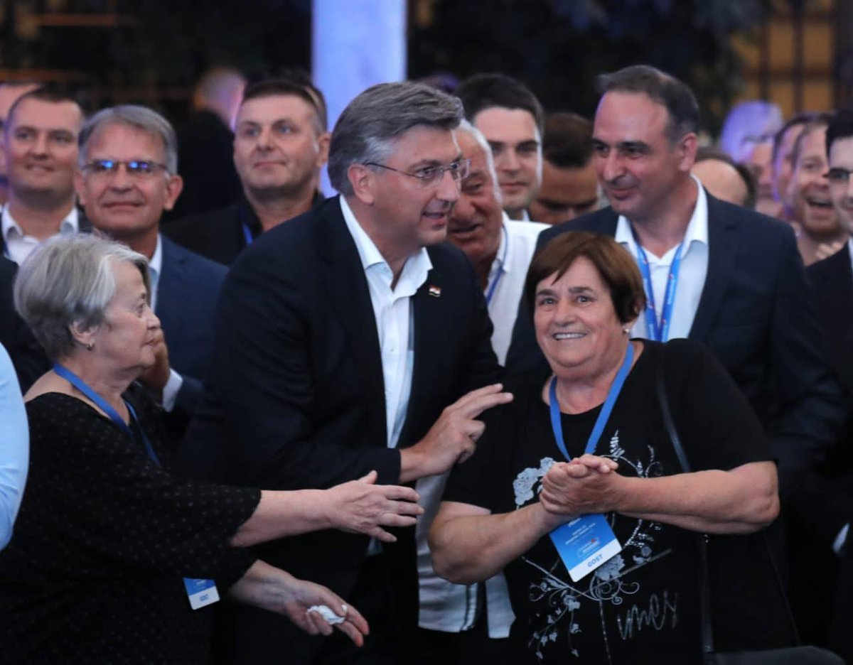 Croatian @HDZ_HR secures majority  #HDZ won Sunday's parliamentary election and - with the help of the liberal #Croatian People's Party (HNS), the Reformists & minority lawmakers - it has also secured parliamentary majority, the govt spokesman says.   http://bit.do/fGqCk pic.twitter.com/C6f5wtD2Jh