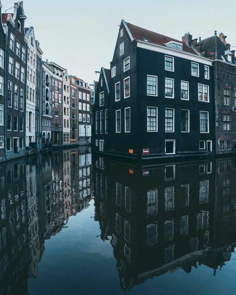Moody mornings in Amsterdam.  #bestofamsterdam #europestyle_ #travelfromhome #amsterdamworld #amsterdamvibe #amsterdamview #iamsterdam #amsterdamgram #topamsterdamphoto #visitamsterdam #travellingthroughtheworld #map_of_europe #where2gonext #europe_momen… https://instagr.am/p/CCTlYYaB9PI/pic.twitter.com/WhpkOzKqSy