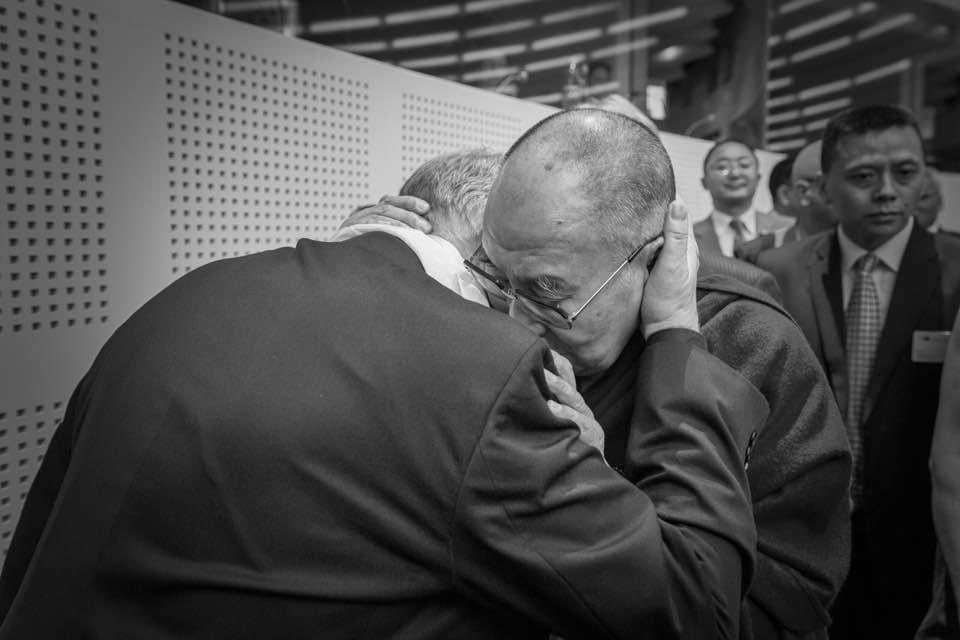 Tohle je velmi vzácná fotka. Takhle jsme se s dalajlamou objimali, kdyz pred par lety navstivil EP. Všechno nejlepší, Vaše Svatosti, k narozeninam https://t.co/j4ub9RKnLj