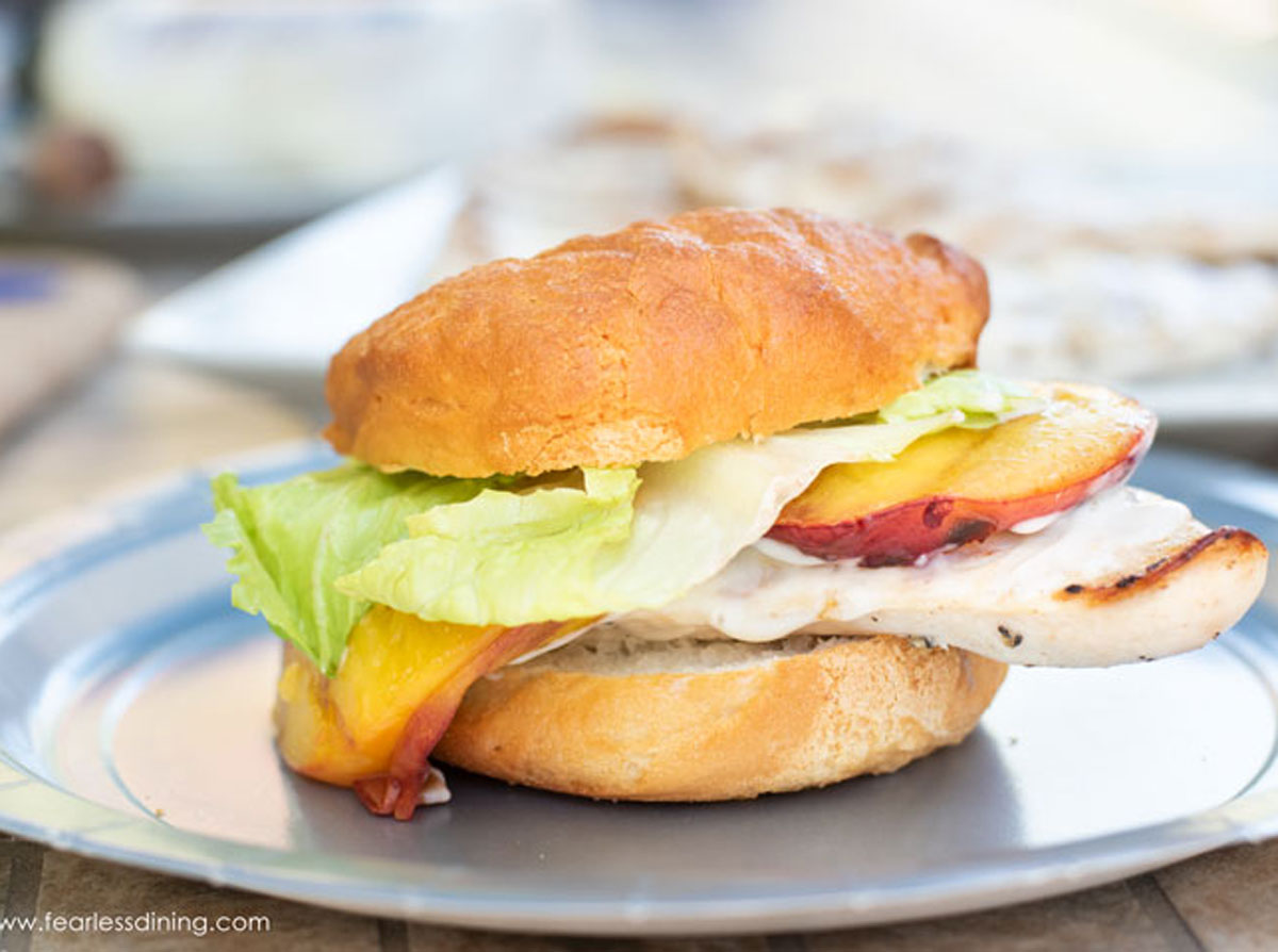 #AD This easy grilled chicken & peach burgers recipe is so easy to make. It is perfect for summer. @FosterFarms chicken is the star, SAVE .75 on your next purchase. Details and recipe: https://t.co/uxBGFZRrBf #SimplyBetterChicken #grilling #grillingseason https://t.co/gM8fKv4fF6