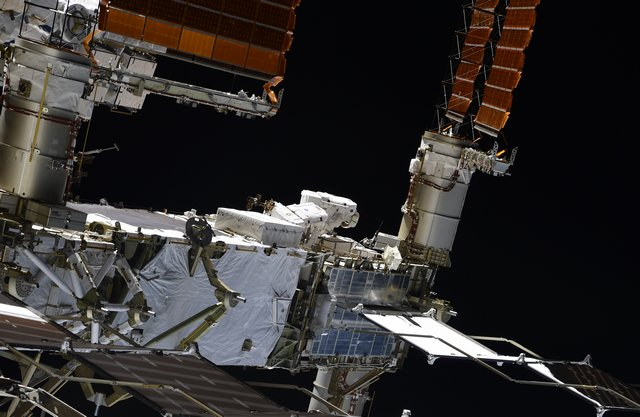 After assisting @Astro_Doug to suit us up during our 1st spacewalk, @ivan_mks63 captured shots of @Astro_SEAL and I removing a @Space_Station battery. #Teamwork! https://t.co/nyEU74QYYs