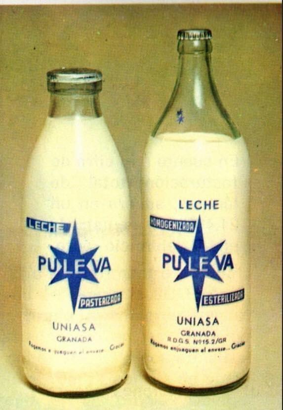"""#AniversariosGranadinos  62 años de la fundación de #Puleva.  La botella de cuello ancho, la que como encargado """"familiar"""" recogía en la lechería unas 7 ud./día al precio de unas 15 psts (algo más de 10 ctms actuales) Inolvidable. #MiRecuerdoPuleva. #PuraLecheDeVaca. @puleva https://t.co/929oMYFWm8"""